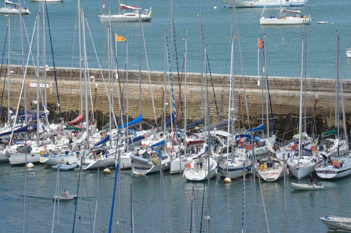 De zeilboten aan boeien in de haven van Belle Île