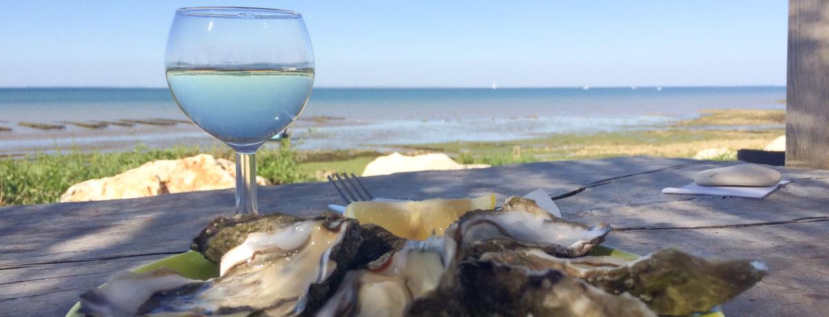 Oesters eten bij de oesterbedden op Île de Ré