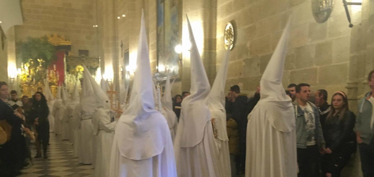 Pasen in Almeria traditie witte puntmutsen