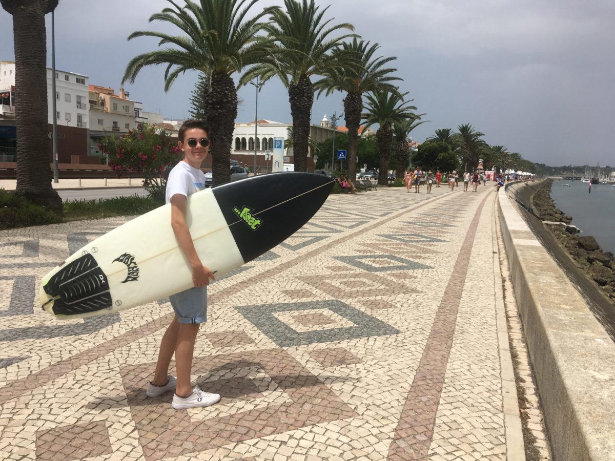 Rein koopt een surfboard in Lagos