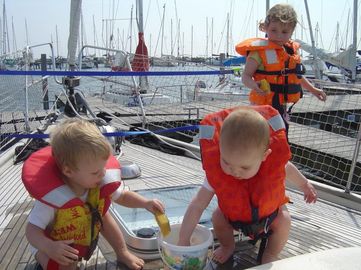 Zeilen met kleine kinderen. Spelen met water is altijd leuk.